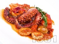 Рецепта Вкусен Варен / задушен октопод в доматен сос с маслини